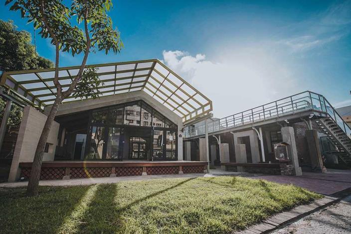 朗朗晴空-鹽業文化館與入口表演平台