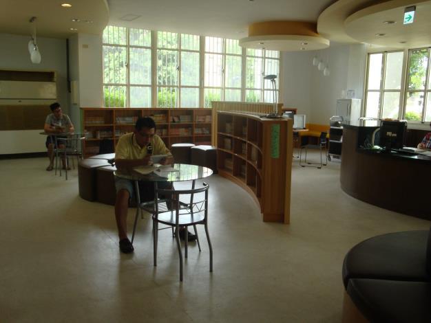 鹿港鎮立圖書館青少年閱讀區