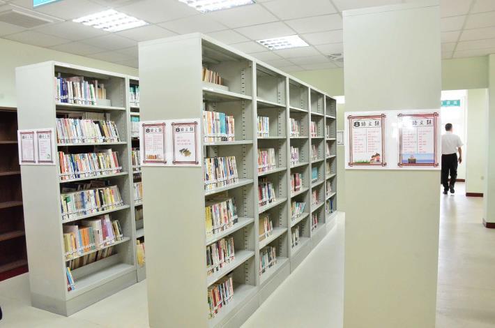福興鄉立圖書館開架閱覽區