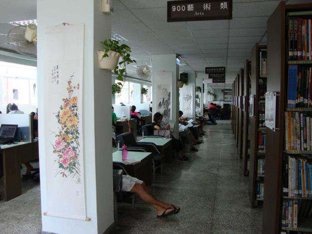 秀水鄉立圖書館開架閱覽區