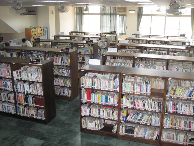 花壇鄉立圖書館二樓書庫