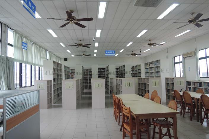 永靖鄉立圖書館開架閱覽區