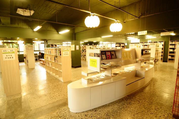 溪湖鎮立圖書館開架閱覽區