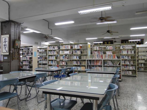 埔鹽鄉立圖書館開架閱覽區