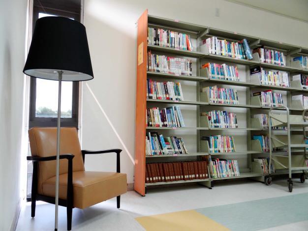 北斗鎮立圖書館開架閱覽區